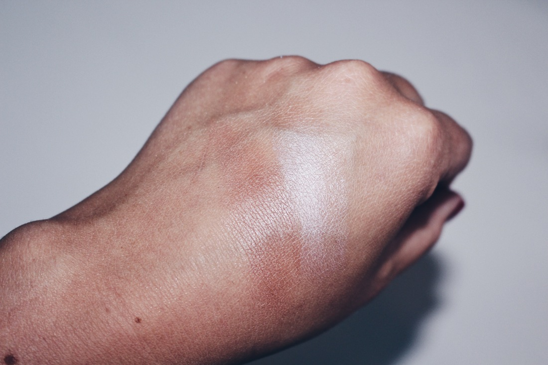 Swatches v.l.n.r.: Bronzer / Highlighter Stick