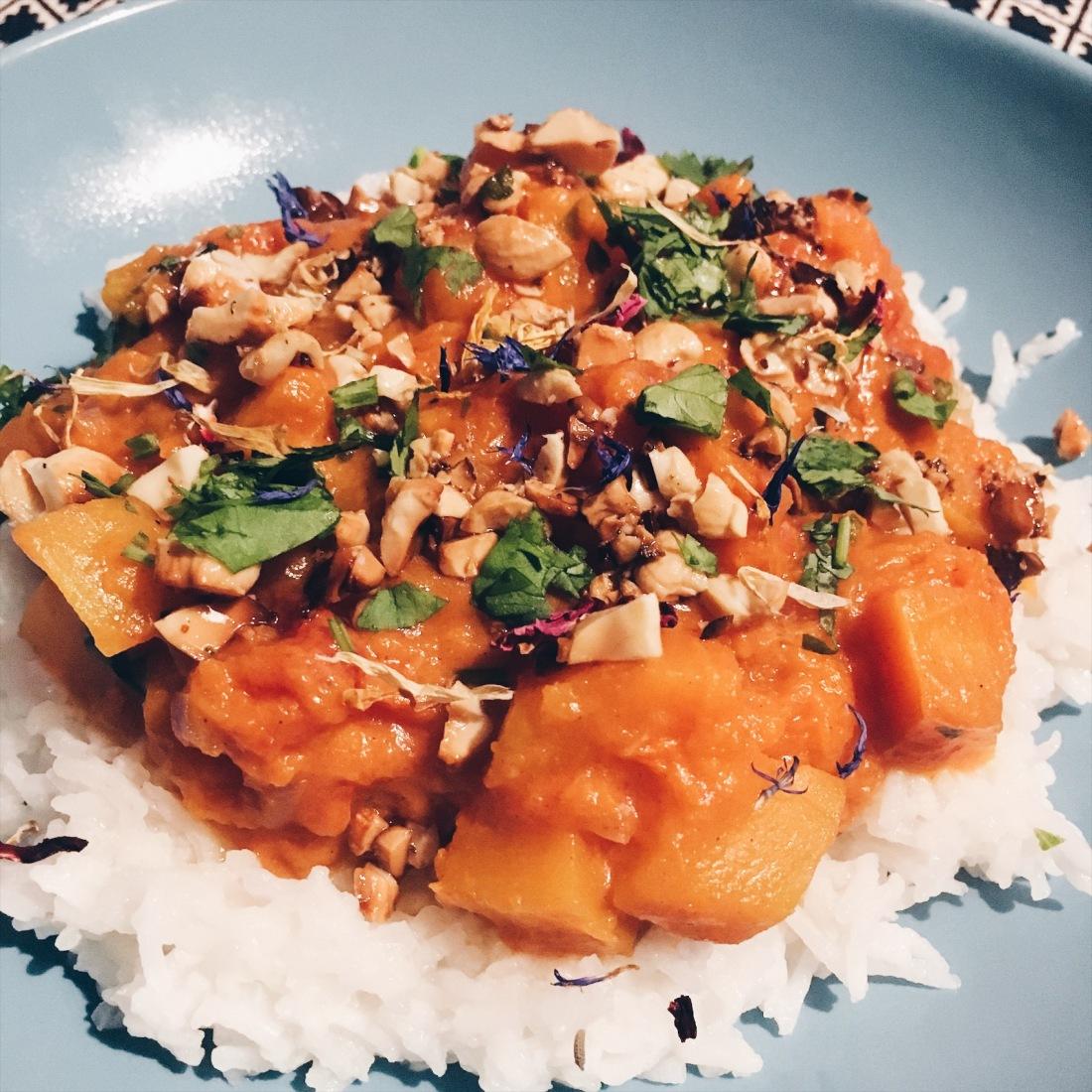 Kokos-Kürbis-Curry serviert